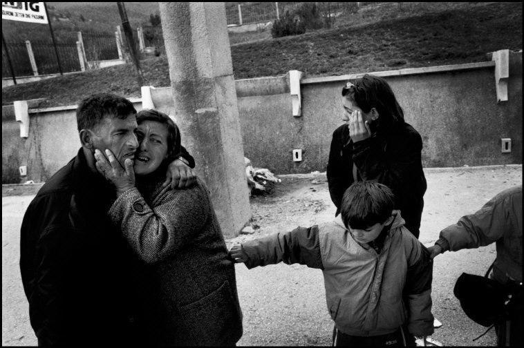Паоло Пеллегрин. Человека, которого считали пропавшим, приветствует его семья на албанской границе в Морине. Косово, Албания, 1999.