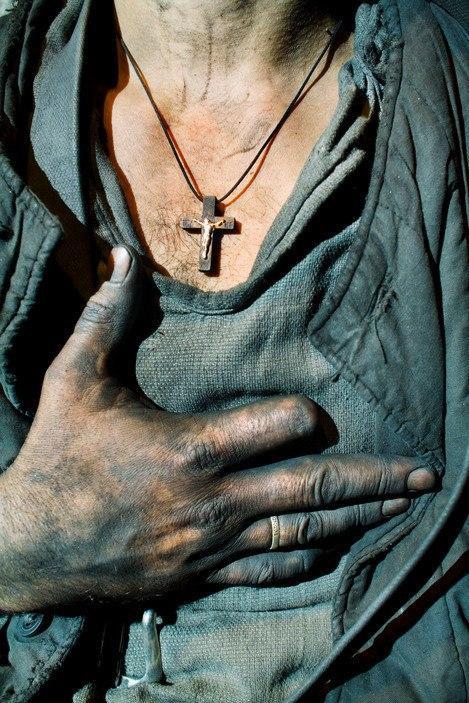 """Кэролин Дрейк. Шахтер в раздевалке после рабочей смены на шахте """"Прогресс"""". Торез, Украина, 2006"""