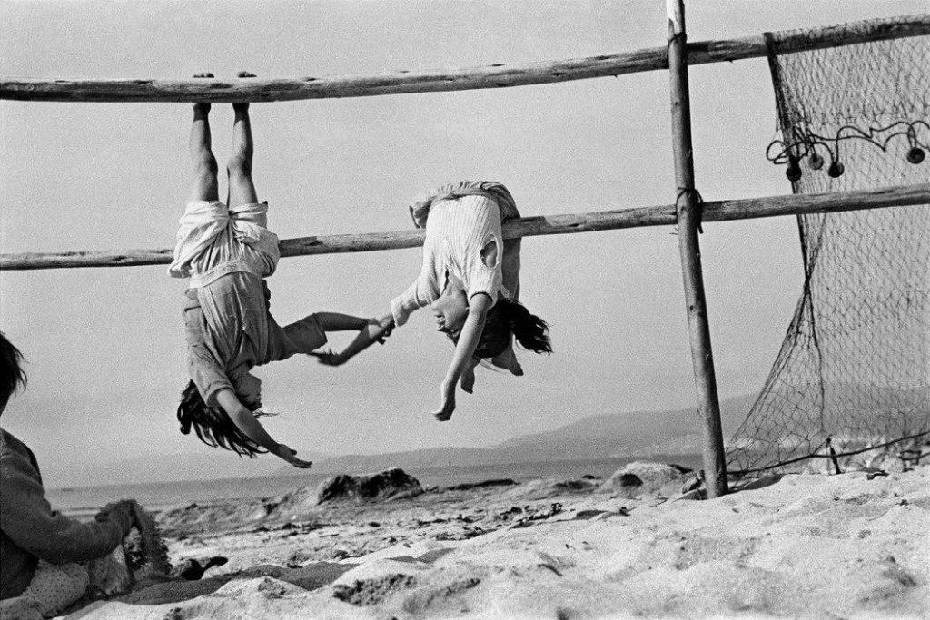 Серхио Ларрайн. Дочери рыбаков. Деревня Лос-Орконес, Чили. 1956 г.
