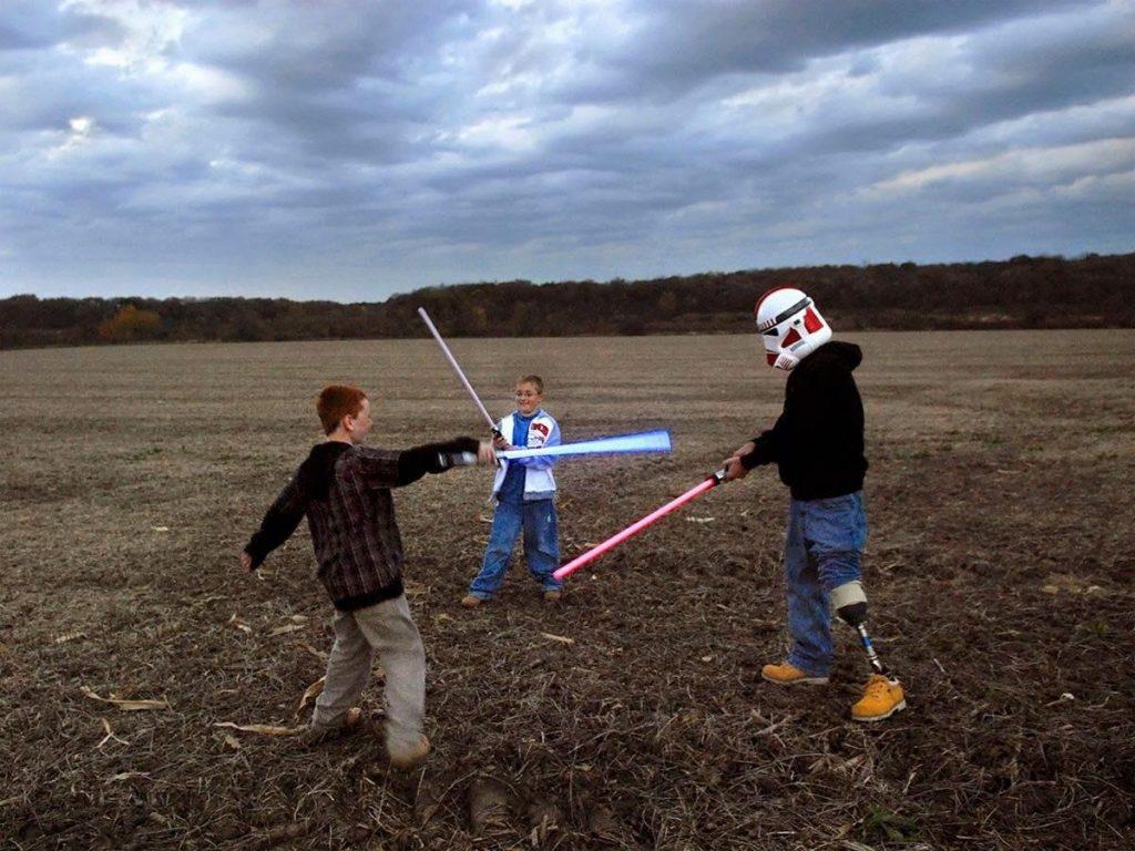 Питер ван Агтмаэль. Раймонд играет со своими сыновьями световыми мечами из «Звездных войн». США, 2007 г.